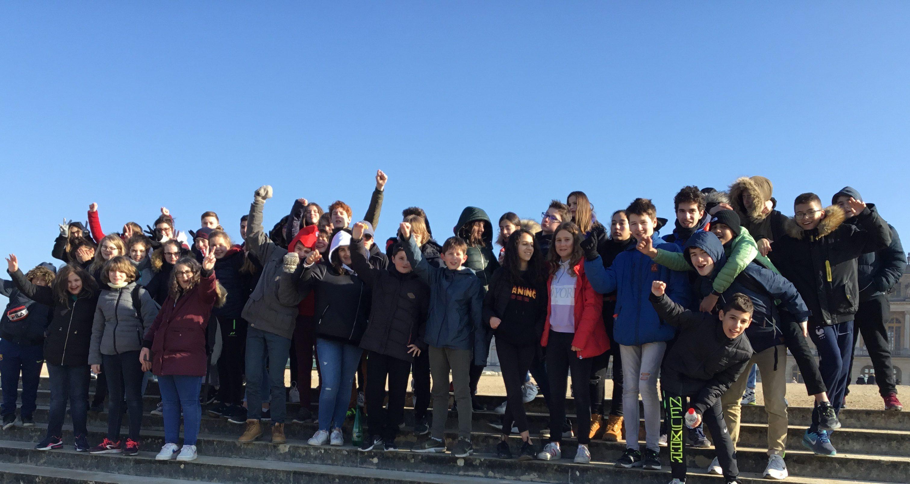 Des révolutionnaires devant le palais de Versailles